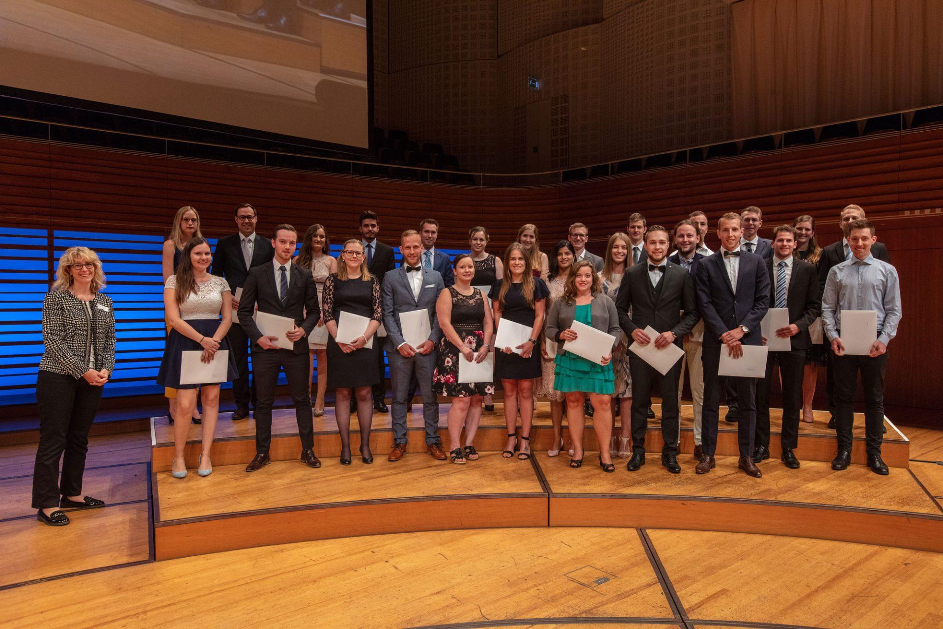 Congratulations: 30 Studierende der Studienrichtung Controlling + Accounting erhalten im KKL ihr Bachelor-Diplom