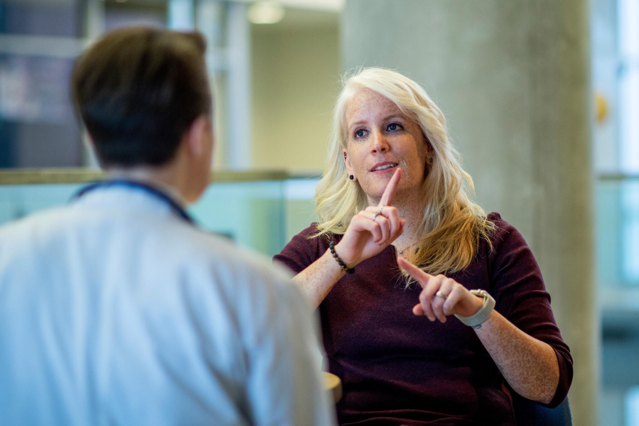 Hörbehinderte und gehörlose Menschen werden tendenziell unter ihrem Potential rekrutiert. Von erfahrenen Arbeitgebern lernen lohnt sich!