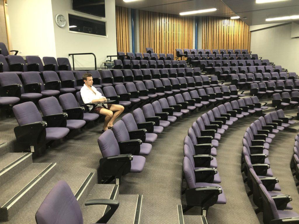Sun, Fun und auch mal einsame, herausfordernde Momente - auch das kann es in einem Auslandjahr geben: Brieuc Anneix in einem Hörsaal der University of the Sunshine coast.