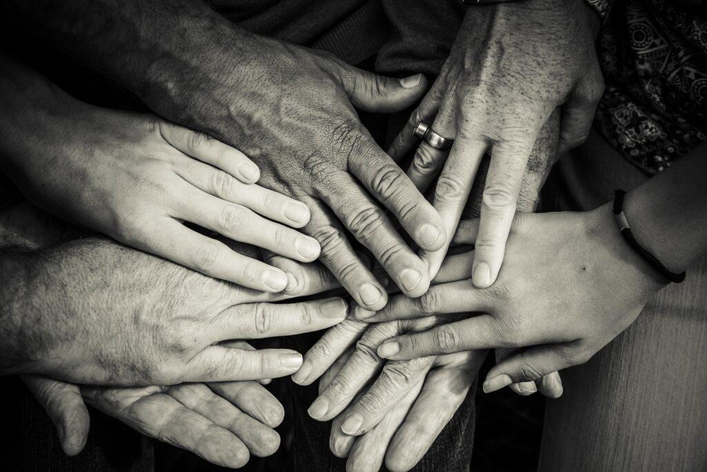 Hochbetagte Menschen sind auf helfende Hände angewiesen. Werden sie zunehmend auch von Roboterhänden unterstützt? (Bild: Pixabay)