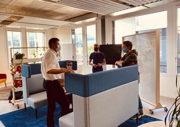 Intensiver Austausch zwischen Hackathon-Teilnehmenden und Jury-Mitglied Tim Weingärtner (links).