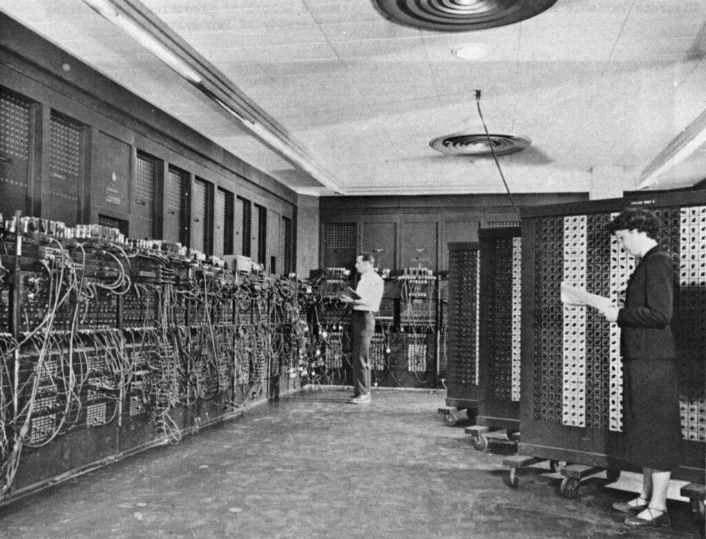 Betty Holberton (rechts) programmierte in Philadelphia vor über fünfzig Jahren den ersten elektronischen Allzweck-Digitalcomputer ENIAC. Ihr und dem britischen Informatiker Alan Turin waren ethische Prinzipien wichtig. Daher wurde der Holberton-Turing-Eid nach ihnen benannt (Bild:Wikipedia)