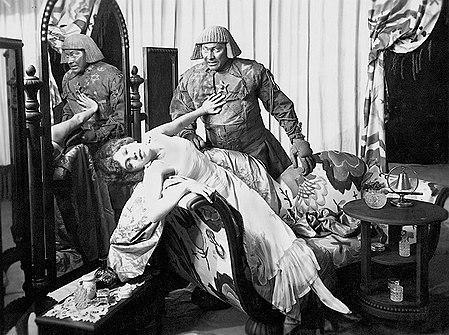 Erst hilfreich, dann böse: Die Sagenfigur «Golem», ein menschenähnliches zerstörerisches Wesen in einer Szene des deutschen Stummfilms «Der Golem» aus dem Jahr 1915 (Bild: Wikimedia).