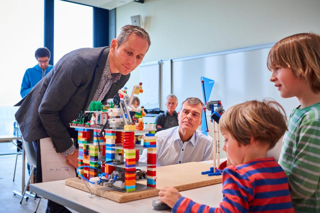 Direktor René Hüsler (links) und Markus Kälin von Roche Diagnostic studieren als Gutachter das Zukunftshaus des «under construction»-Teams.