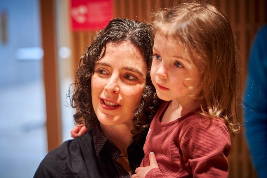 Eveline Thaler, Bauingenieurin und MINT-Verantwortliche der Hochschule Luzern – Architektur und Design, verfolgt mit ihrer Tochter gespannt, welche Auszeichnungen die Kinder erhalten.