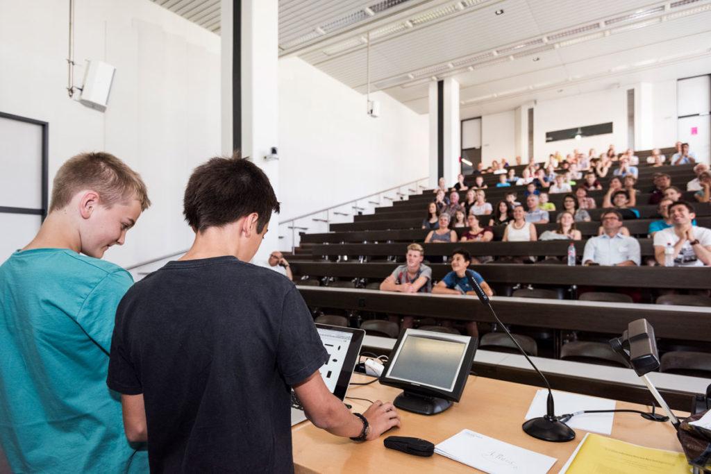 Jugendliche fachsimpeln miteinander: Gute Laune an einem Scratch-Workshop an der Hochschule Luzern - Informatik.