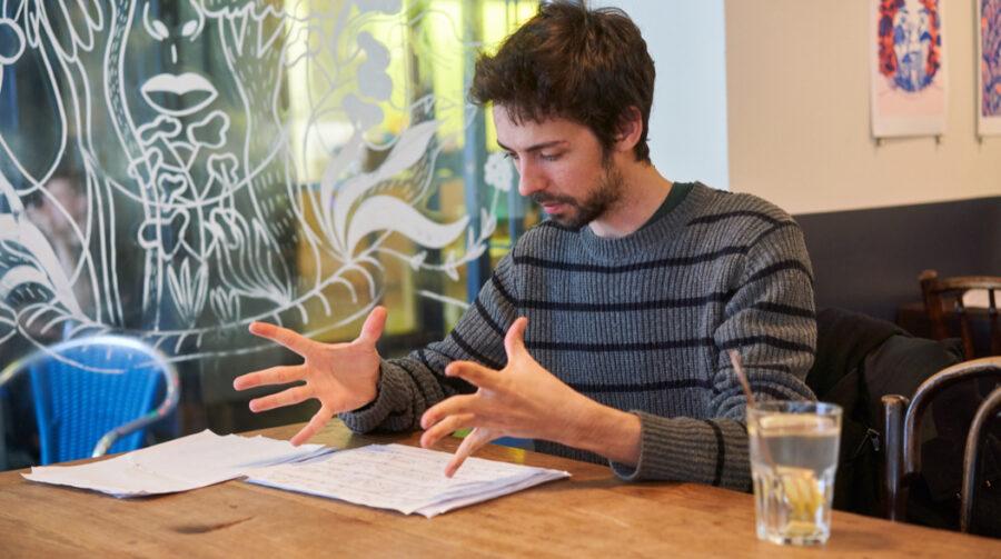 12:30 Uhr: Corentin geht bei einem Getränk in der Jazzkantine nochmals die Partitur des Komponisten Simon Steen-Andersen durch.