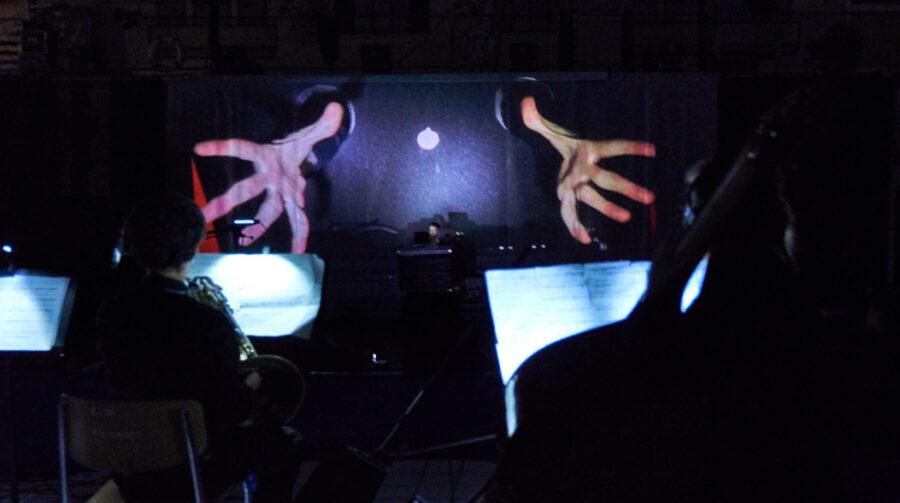19 Uhr: Es geht los: Der Pool des Neubads verwandelt sich in eine multimediale Bühne.