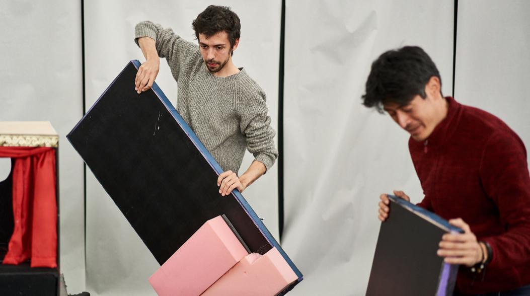 13 Uhr: Zusammen mit Toningenieur Emilio Guim baut er die Black Box auf.