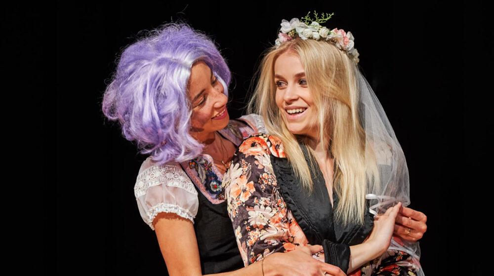 Tereza Kotlanova (rechts) und Chelsea Zurflüh als Agathe und Ännchen in Carl Maria Webers Oper «Der Freischütz» (Foto: Ingo Höhn)