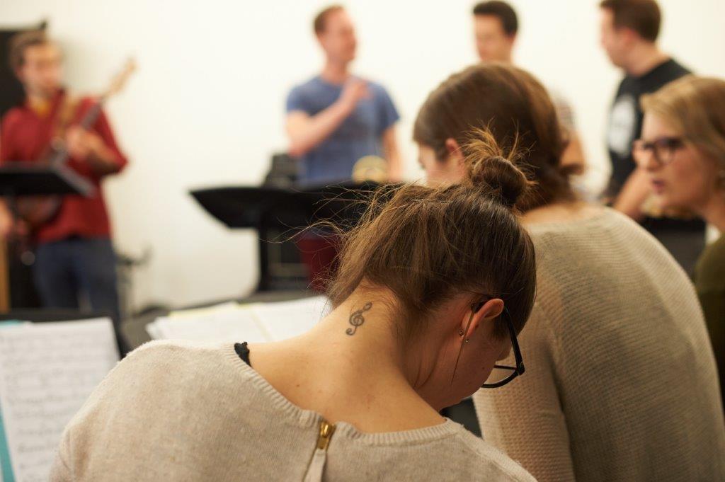 Musikerin sitzt vor einem Notenpult